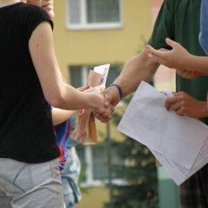 男女が野外で握手