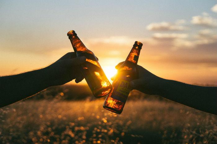 ビール瓶で乾杯