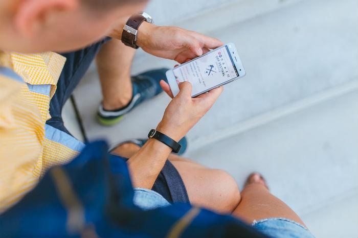 iPhoneを使っている男性