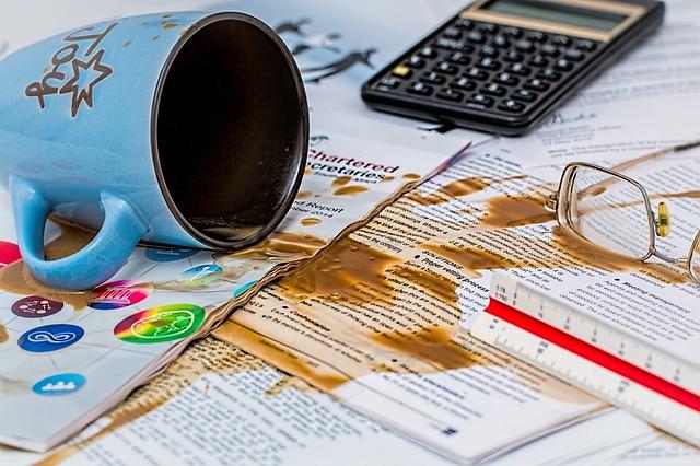 失敗して、書類にコーヒーをこぼす