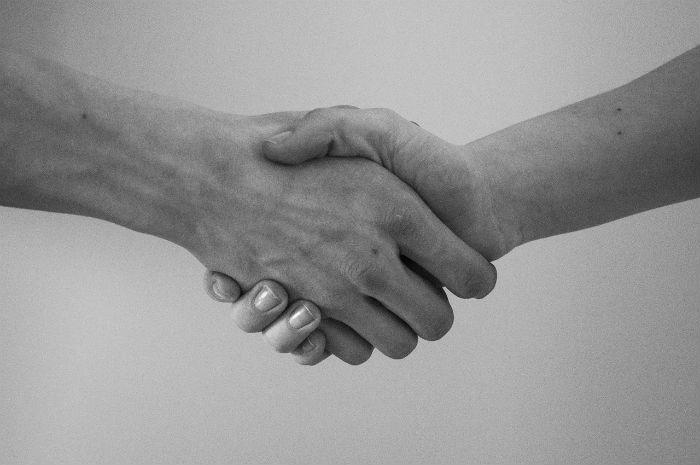 モノクロ画像の握手