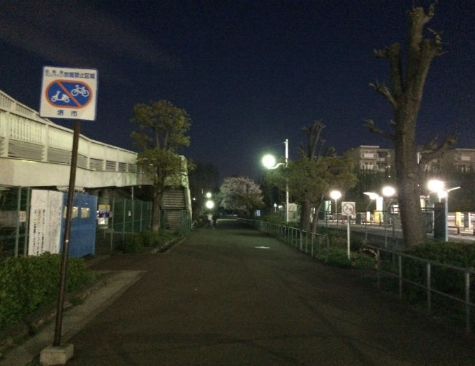 夜の泉ヶ丘駅周辺