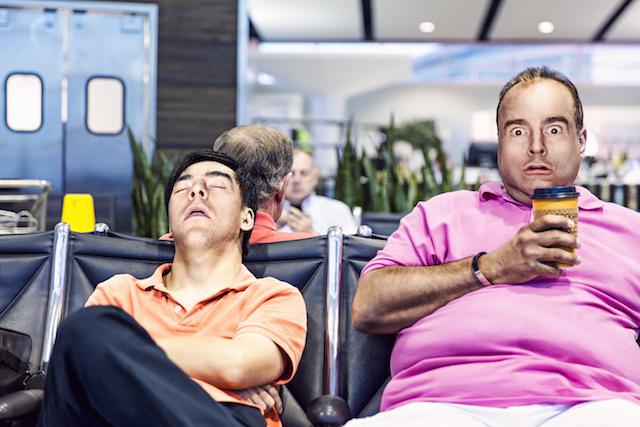 太った男性と寝てる男性