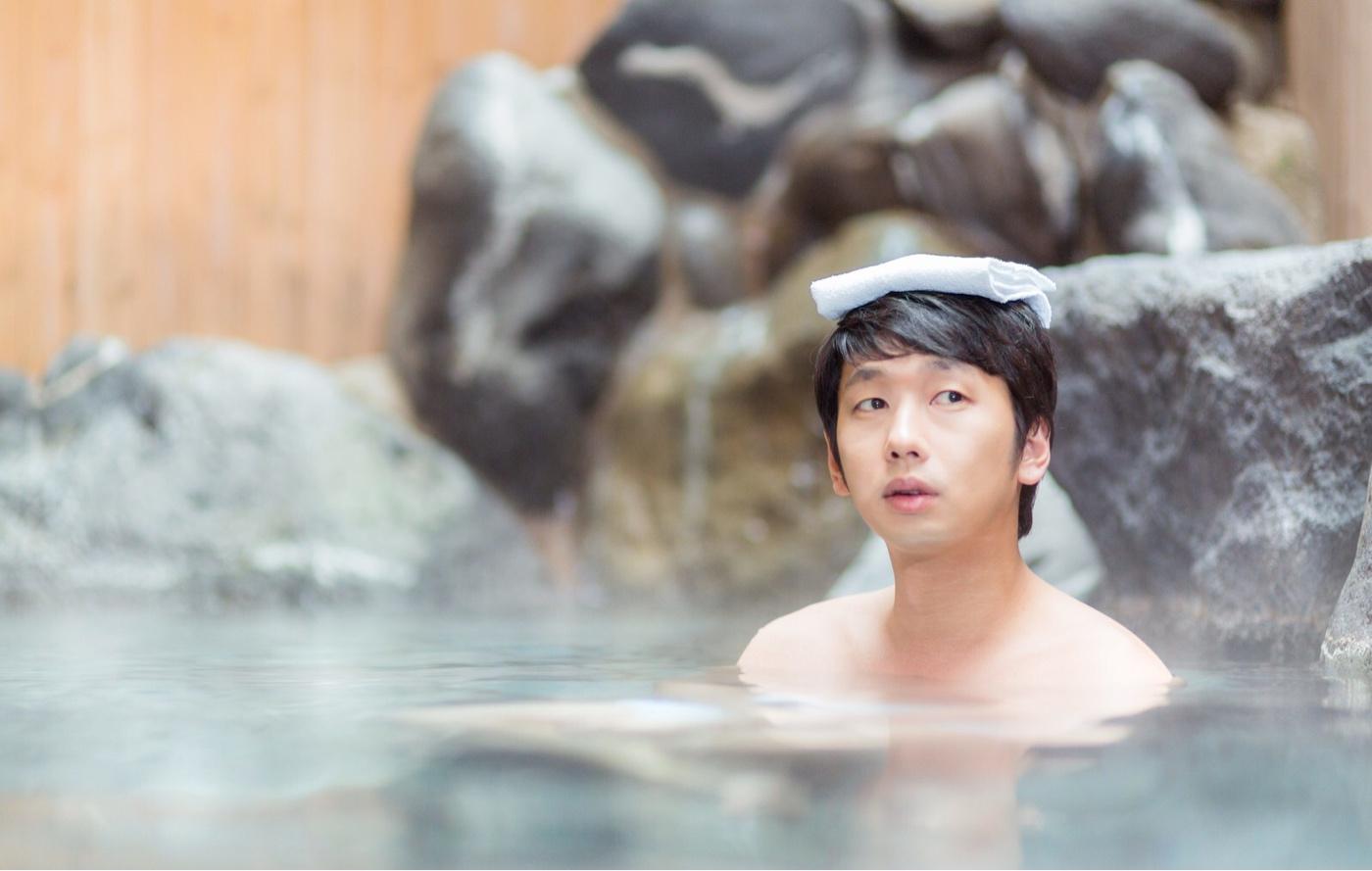 温泉に浸かる男性