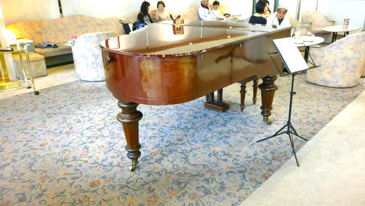 カフェドラペのグランドピアノ