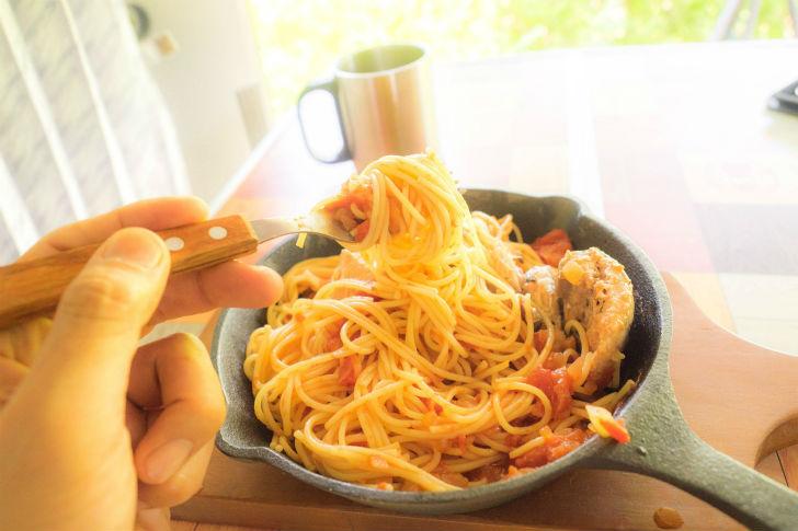 「トマトソースの鯖パスタ」食べる