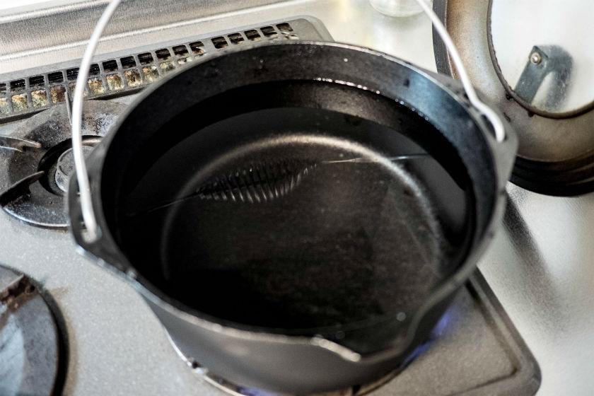 LODGEダッチオーブンにいっぱい水を入れます