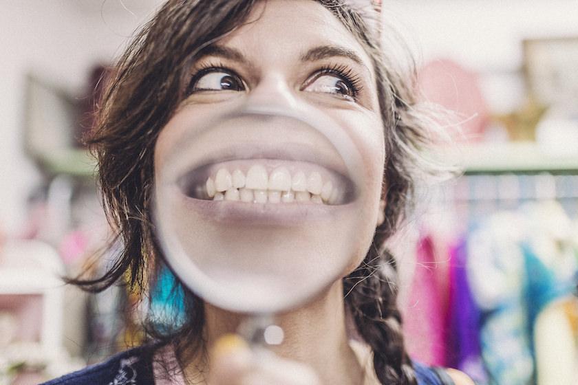 虫眼鏡で遊ぶ女性