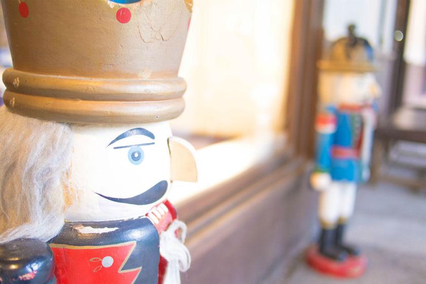 オルゴール屋さんの前の人形