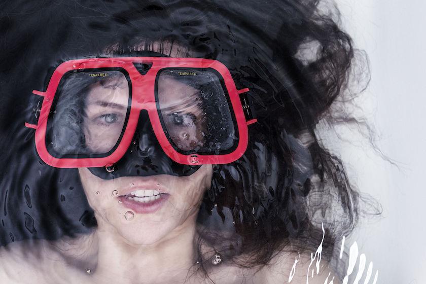 水中メガネの男性