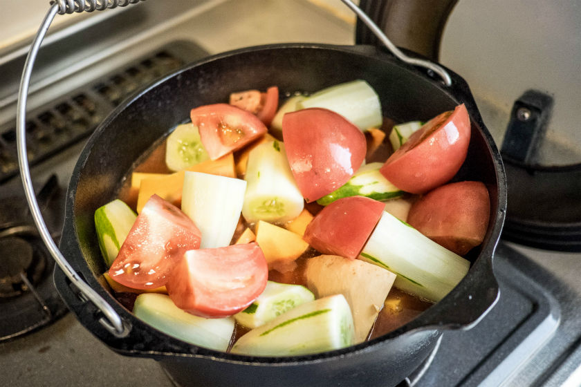 野菜を入れたダッチオーブン