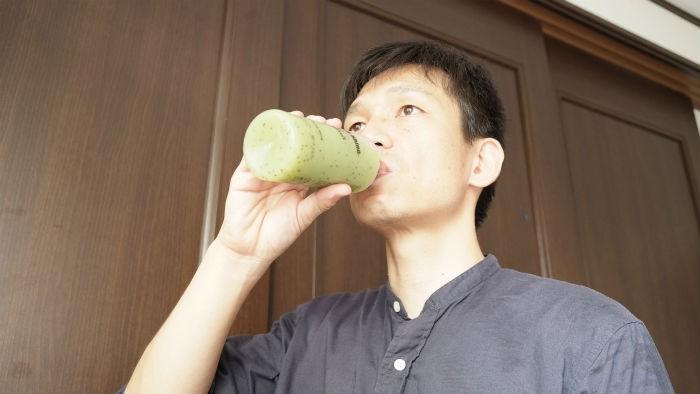 shineキウイを飲む
