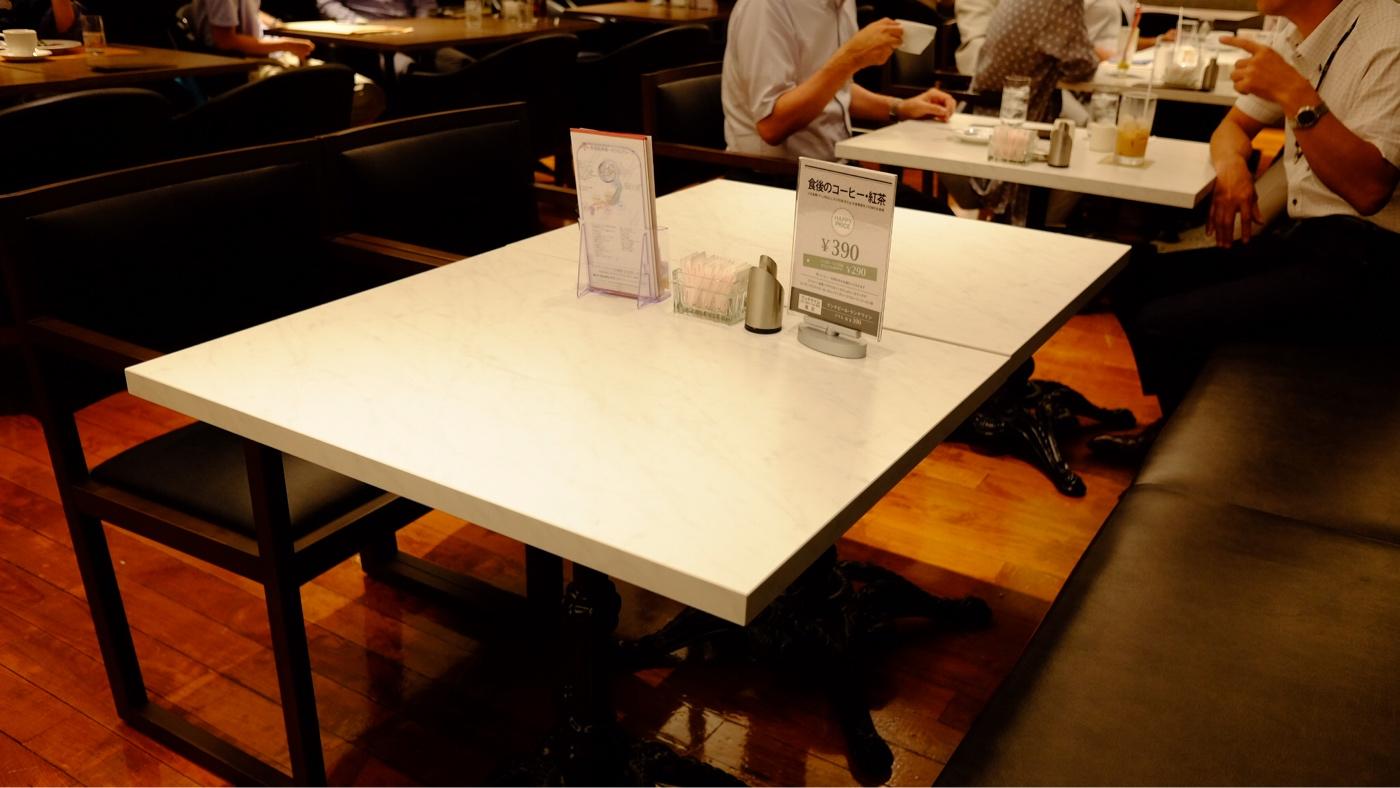 新阪急ホテル レインボーのテーブルと椅子