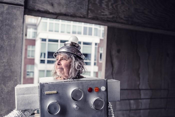 ロボット姿のおばあさん