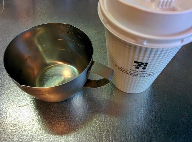 セブンカフェと計量カップ