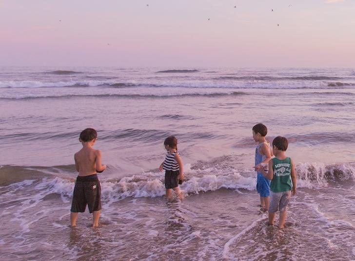 海で遊ぶ子どもたち