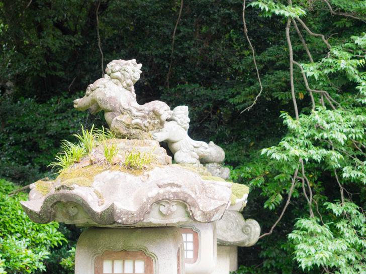 灯籠の上の狛犬