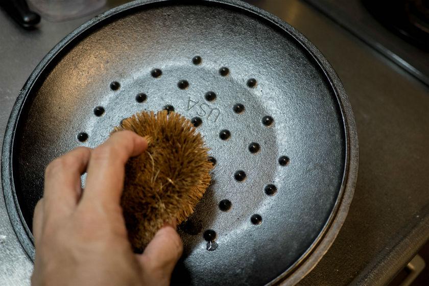 LODGEダッチオーブンのフタもタワシでゴシゴシ