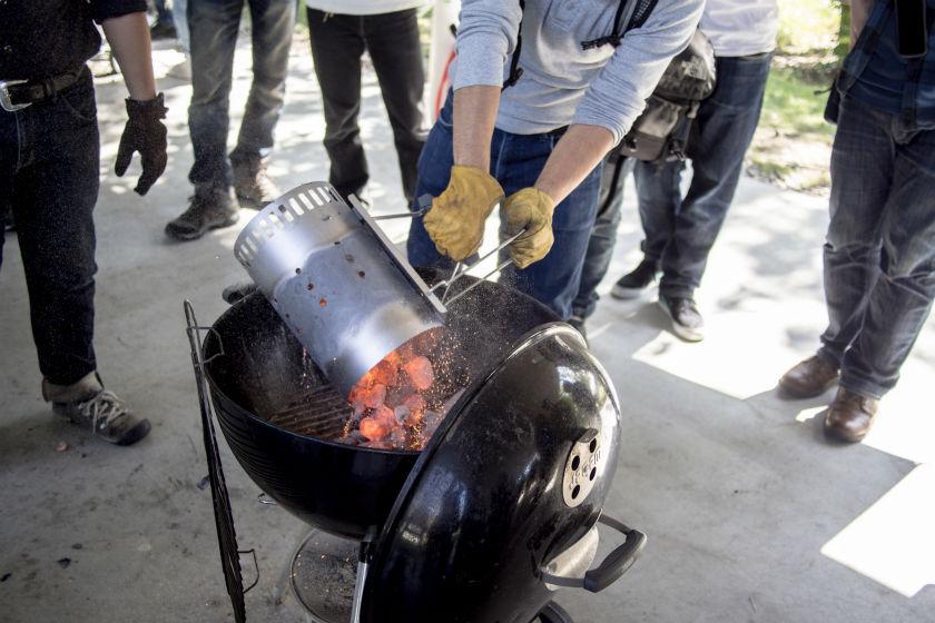 チムニースターターから炭を移す