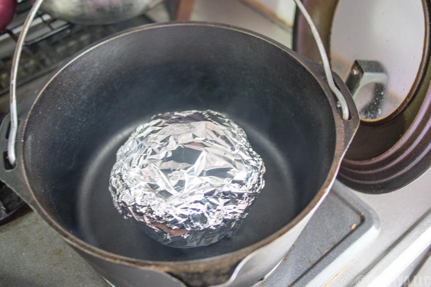 アルミホイルに包んだ玉ねぎを入れる