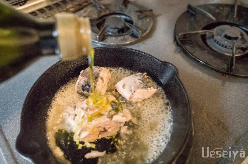 サバの水煮にオリーブオイル