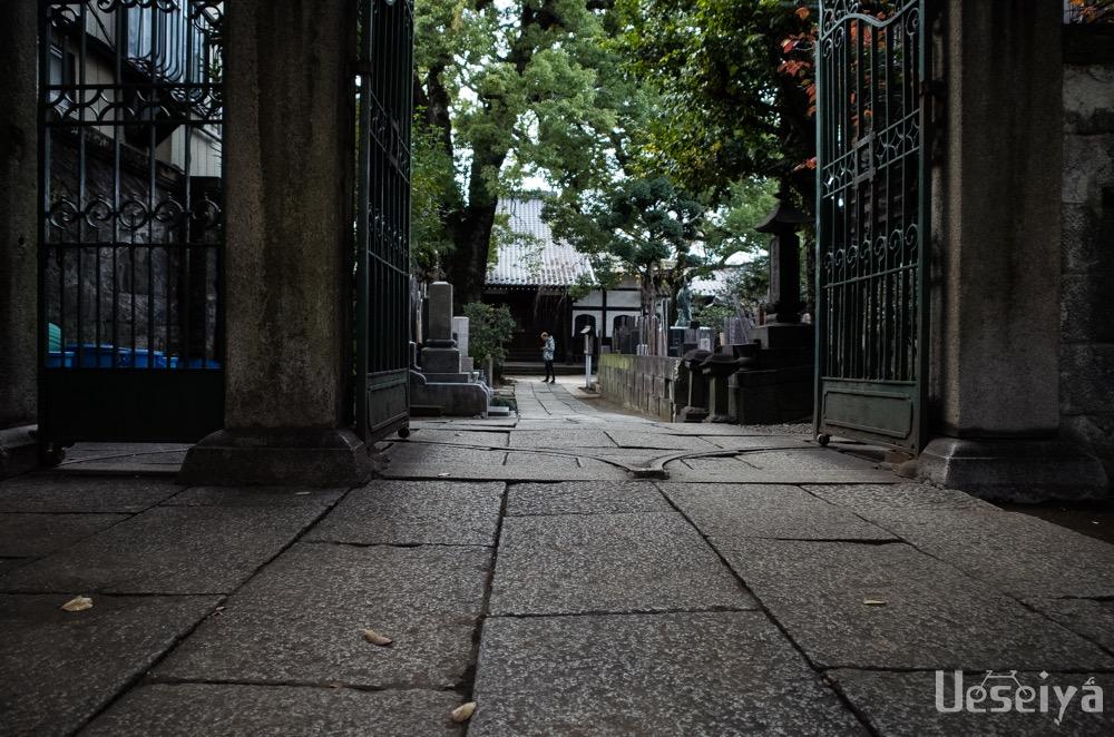 お寺の参道に外国人