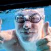 ジム(スポーツクラブ)のプールに通う男性は、どんな水着を履いているのか?